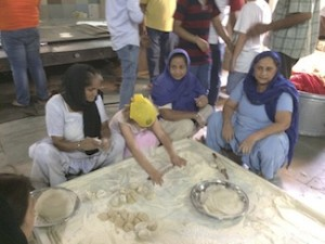 Delhi Sikh temple Rolling chapatis with the experts